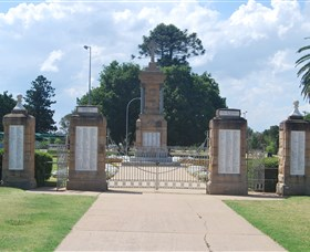 Warwick War Memorial and Gates - Accommodation Nelson Bay